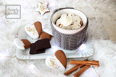 Domácí horká čokoláda se šlehačkou a perníčky